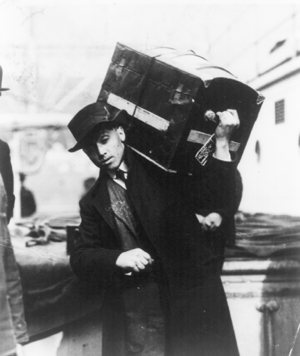 Polish immigrant carrying trunk. Credit: Library of Congress.